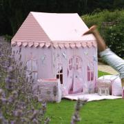 tente en tissu maison en tissu pour s 39 amuser et ranger des jouets dans une chambre d 39 enfant. Black Bedroom Furniture Sets. Home Design Ideas