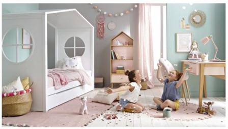 Lit Cabane Surelevé Avec échelle. Lit Cabane Pour Chambre De Petite Fille  Avec Toit, Un Lit En Forme De Maison.