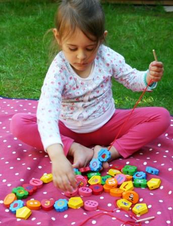 perles_en_bois_gros_modeles_pour_fille_ou_garcon_2_ans__3_ans__4_ans_et_plus_46_grosses_perles_colorees_en_bois_alphabet_chiffres_et_formes.jpg
