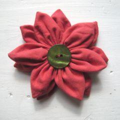 couture et doffrir de magnifiques fleurs en tissu. Les techniques de bases sont expliquées et détaillées avec des schémas  parfait pour les débutantes