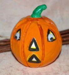 bricolage enfant facile pour halloween fabriquer des petites citrouilles en p te modeler en. Black Bedroom Furniture Sets. Home Design Ideas