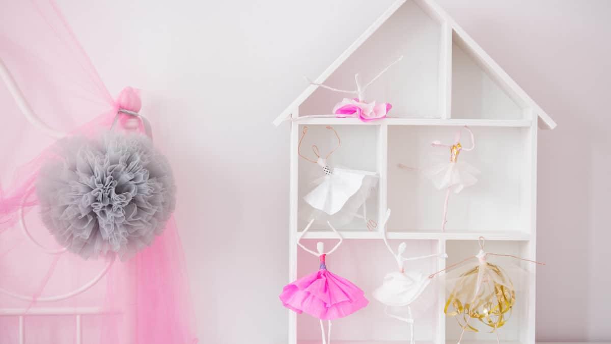 Une maison de poupée et étagère de rangement : un jouet utile