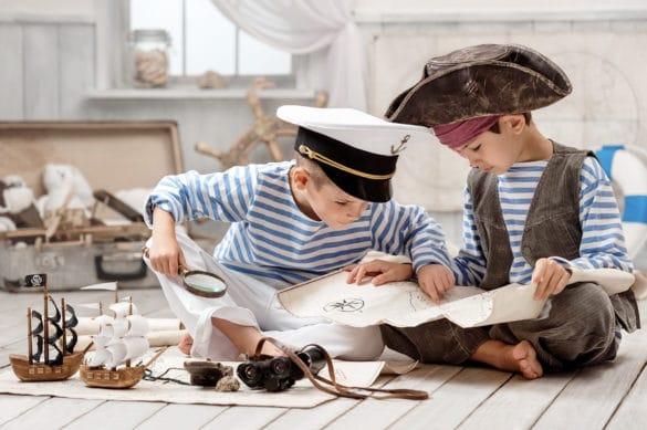 Deux garçons déguisés en pirate et deco chambre