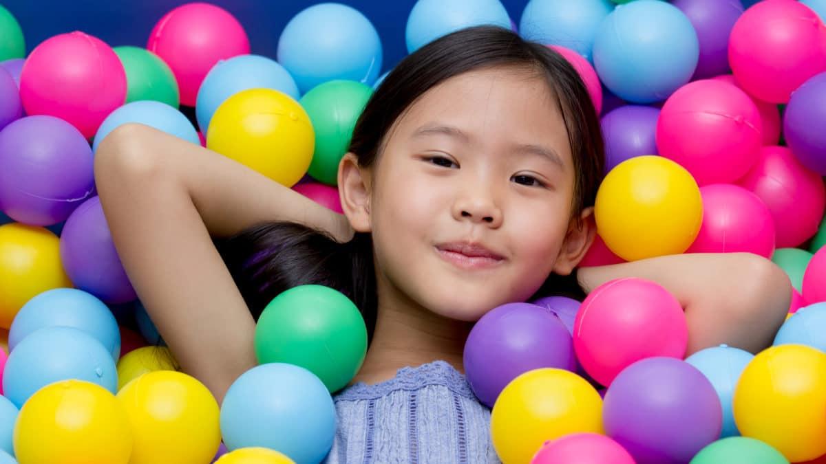 Idée de cadeau pour enfants de 2 à 5 ans : la piscine à balles pour s'amuser – Cube d'activités pop up pour enfants
