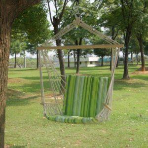 hamac chaise accroché à une branche