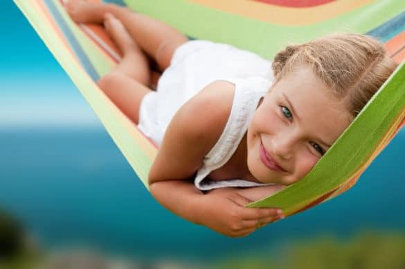 petite fille allongée dans un hamac