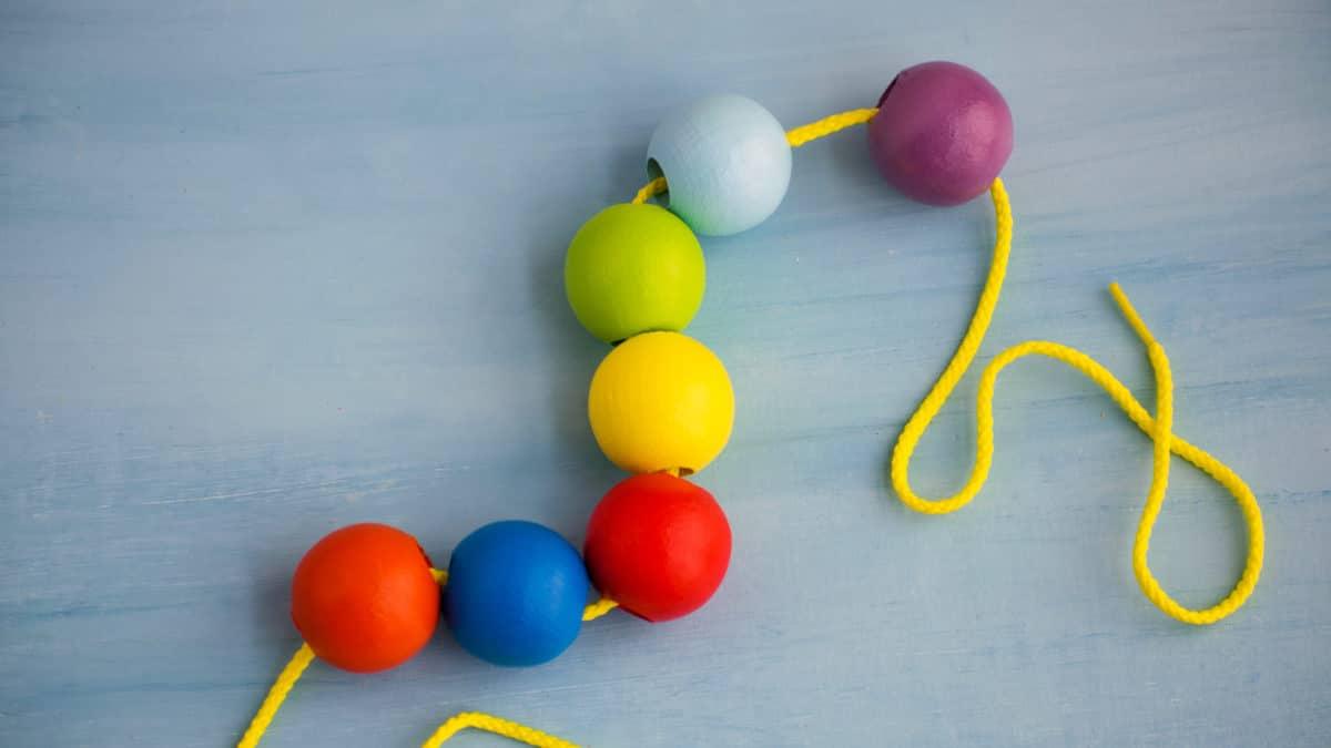 Perles en bois pour composer de jolis colliers – Jeux et jouets pour enfants de 1 an à 4 ans – La dextérité par le jeu pour les enfants