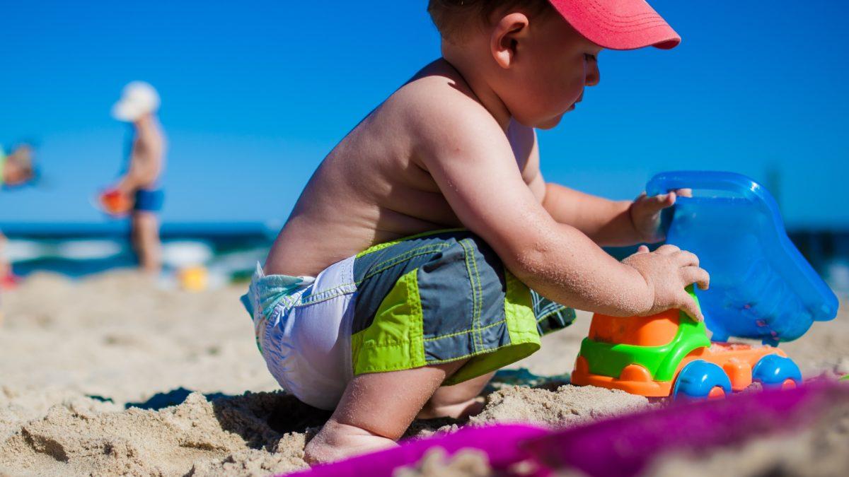 Jeux et jouets pour s'amuser sur la plage – Construire des châteaux, mouler des formes, transporter du sable – Jeux de plage pour enfants