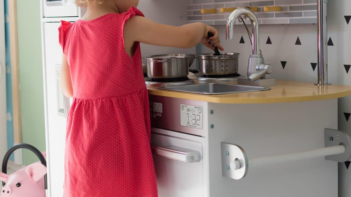 Jeu d'imitation pour les filles à partir de 2 ans : Cuisine en bois pour s'amuser à cuisiner comme une grande  – jeux et jouets pour filles