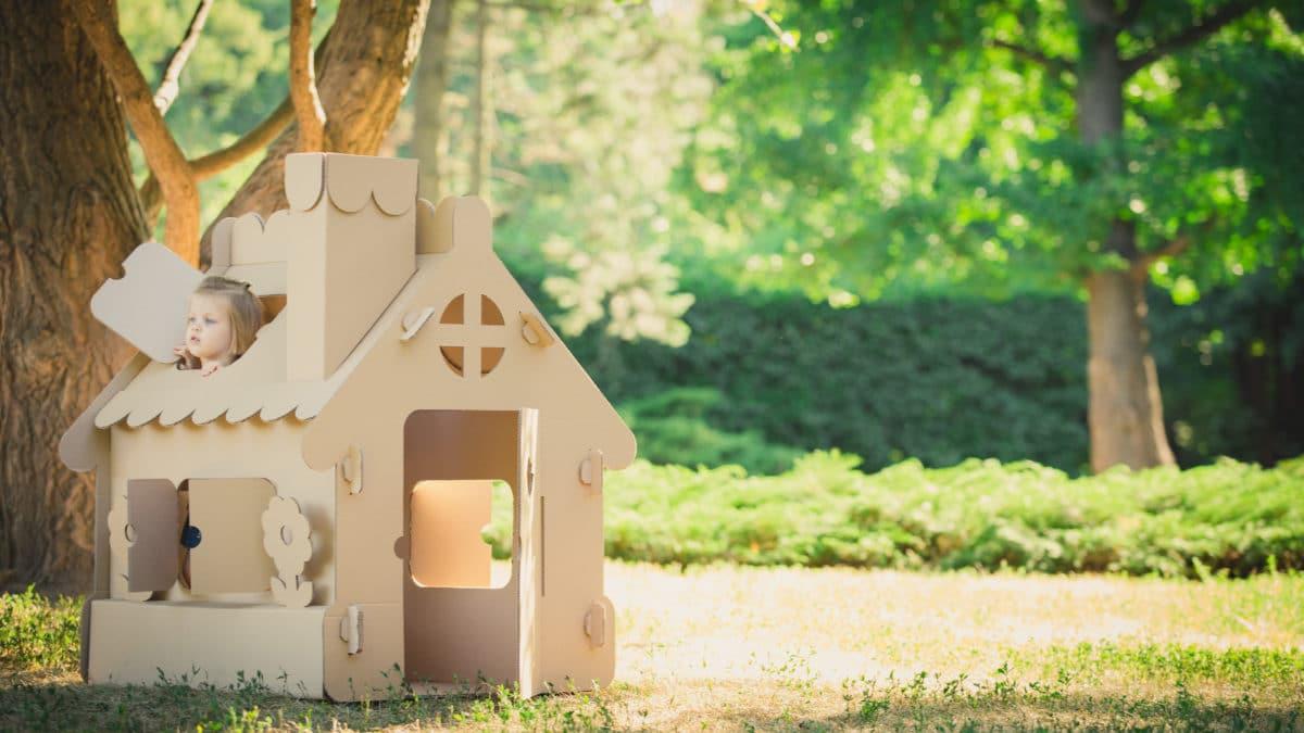 Décorer une maison de poupée en carton, un château, une fusée – jeux et jouets en carton pour enfant