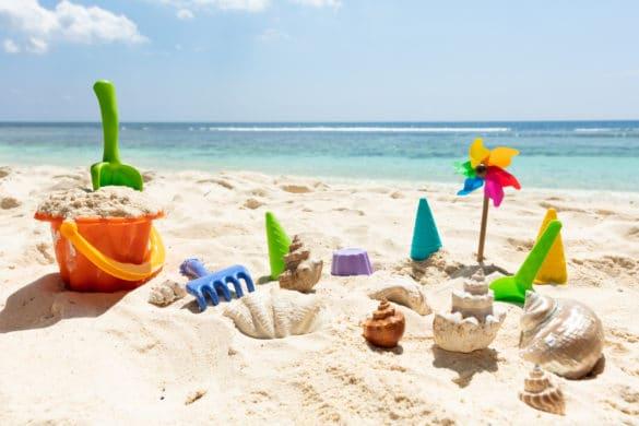 jeux en plastique pour la plage : seau, moules, râteau et pelle