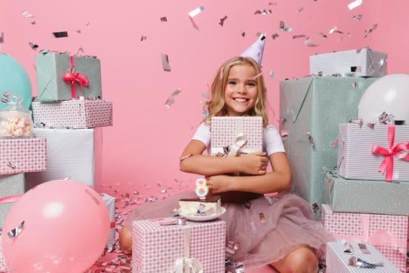 jeune fille recevant un cadeau d'anniversaire