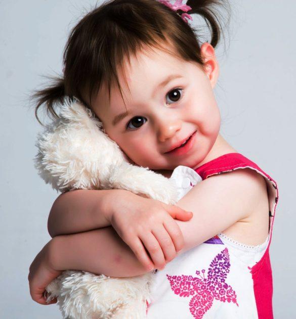 petite fille serre son doudou contre elle
