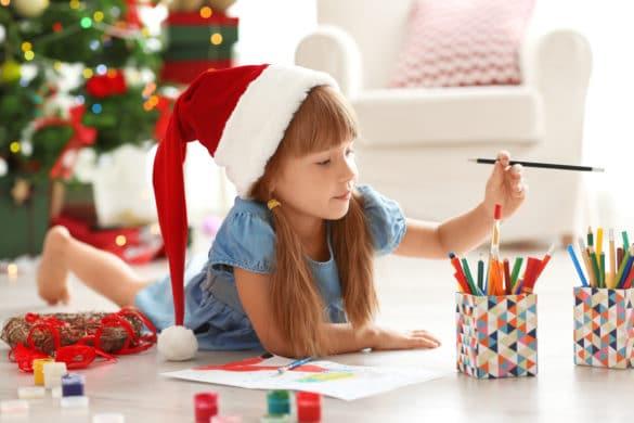 petite fille dessine noel