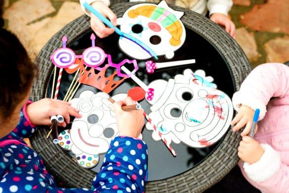 idée d'activités manuelles pour le carnaval : fabriquer un masque avec les enfants
