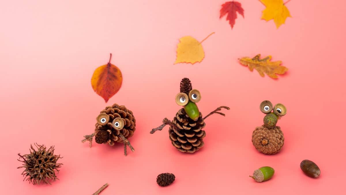 Bricolage d'automne pour enfant maternelle avec des pommes de pin : fabriquer un hérisson. Activités manuelles automne pour enfant