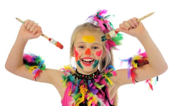 enfant fabrique des decorations et deguisements pour le carnaval