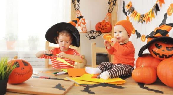 enfant qui fait du bricolage pour halloween