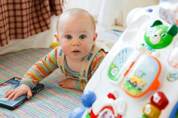 bébé joue avec ses premiers jouets