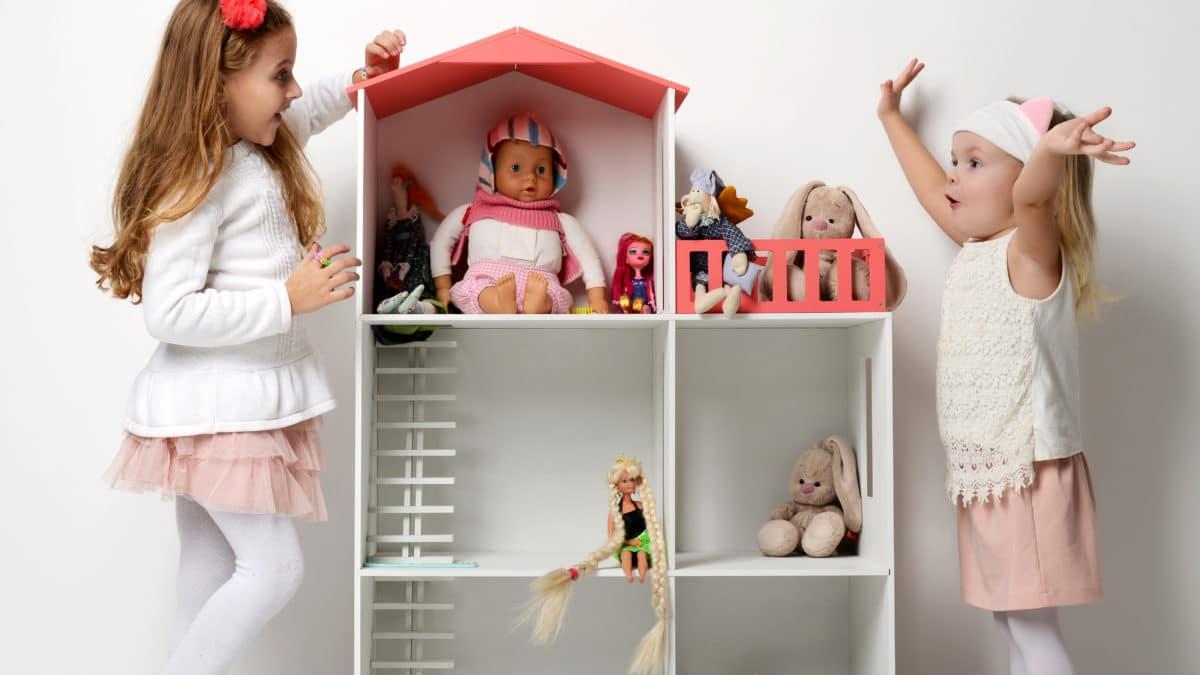Des idées de déco originales pour les chambres de filles : une tête de lit maison de poupée