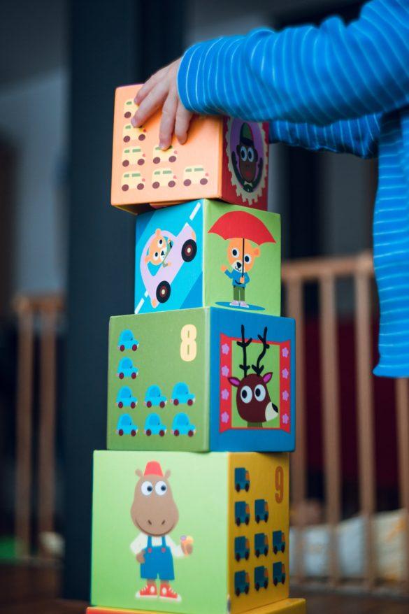 enfant qui empile des cubes