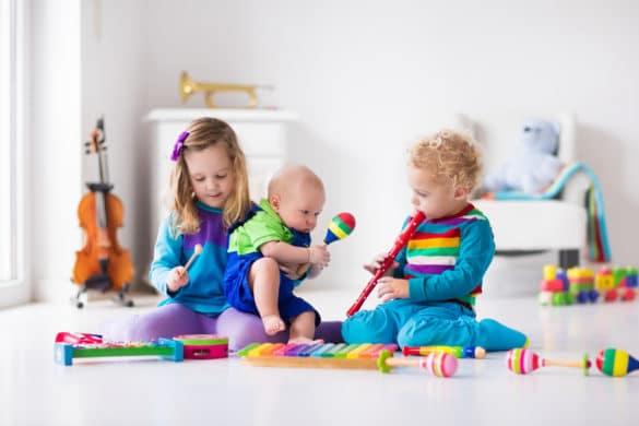 Enfant joue de la musique