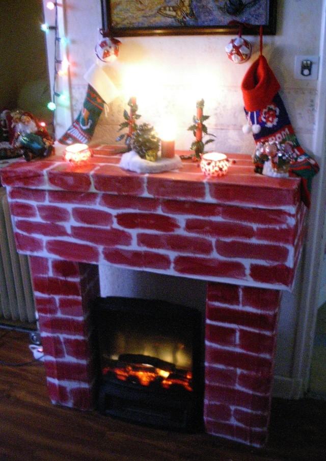 Fabriquer une chemin e en carton pour acceuillir le p re - Faire une cheminee en cuisine ...