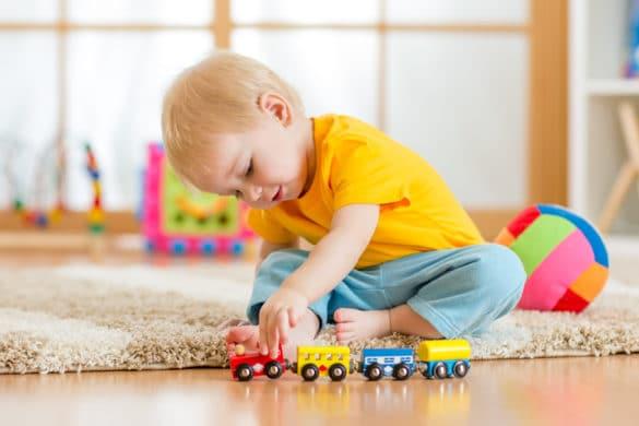 enfant joue avec un petit train