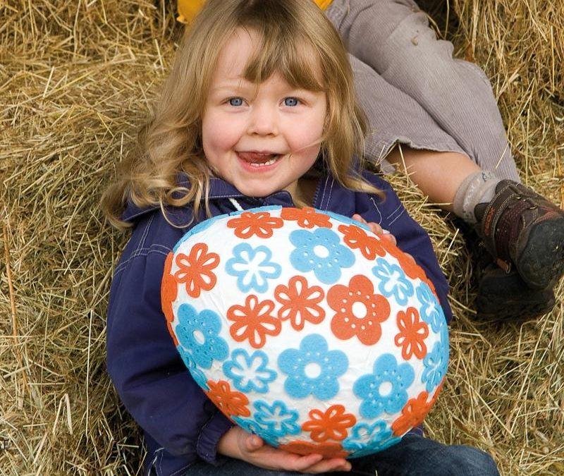 Bricolage de pâques pour les petits et les grands chez assistante maternelle, au centre de loisirs ou à l'école : oeuf en papier maché