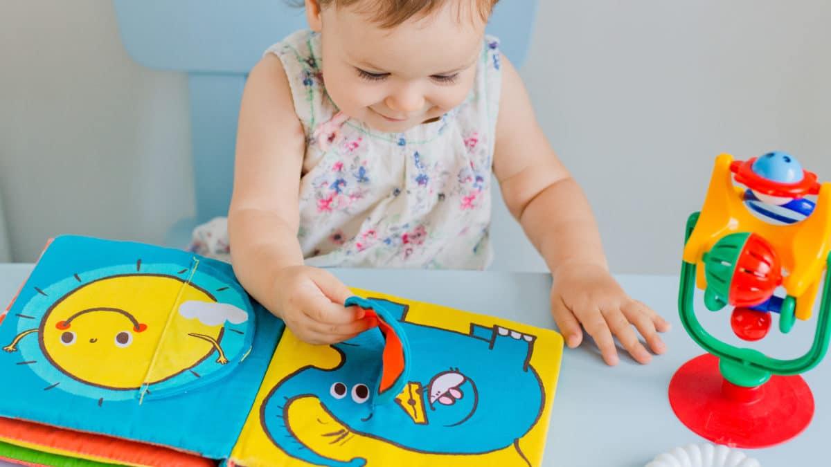 Sélection de jeux et jouets, poupées en tissu pour les enfants de la naissance, 6 mois, 12 mois, 18 mois, 2 ans et 3 ans