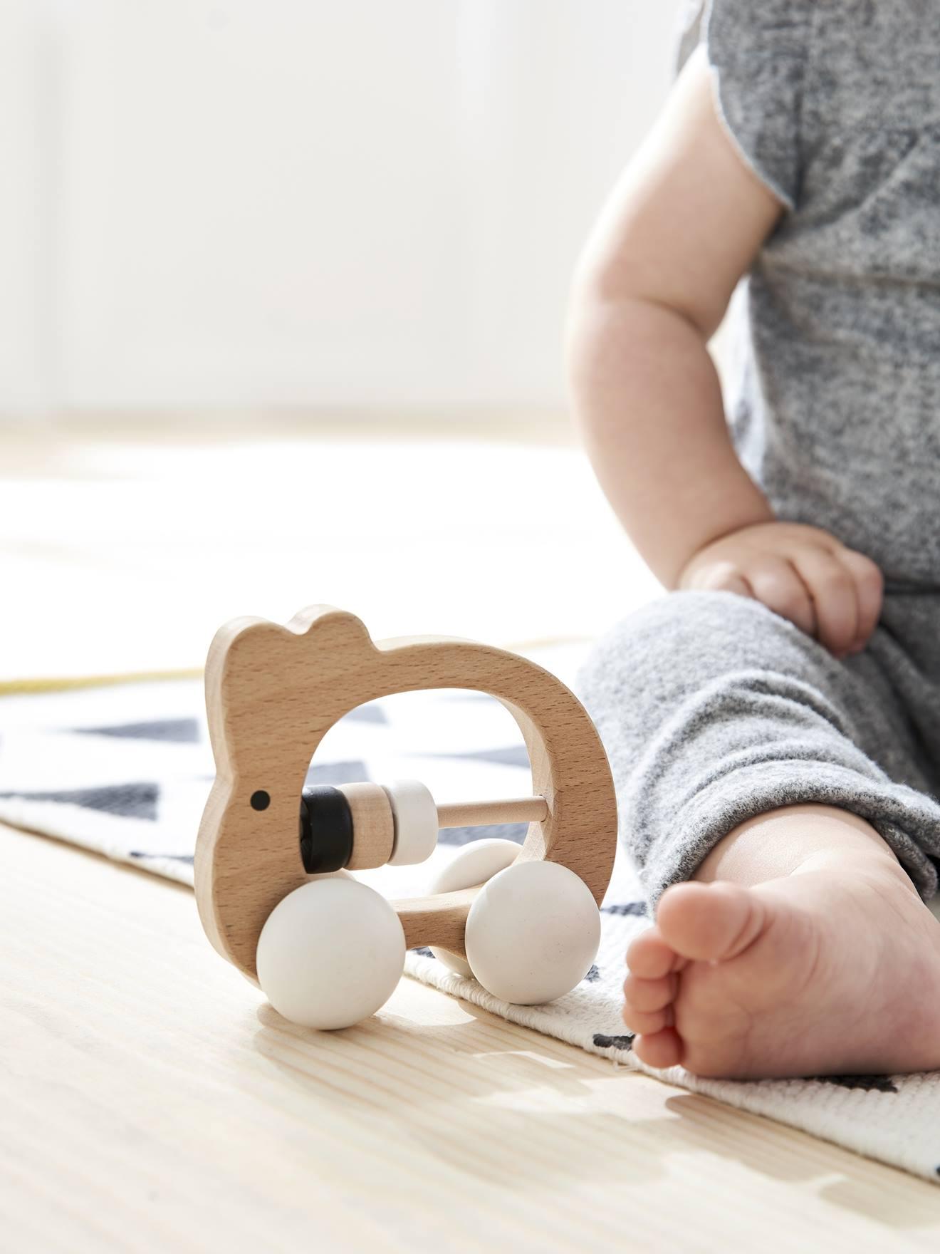 bébé manipule jouet