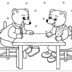 coloriage petit ours brun et son amie assis à la table