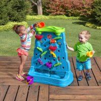 enfant joue avec un mur aquatique