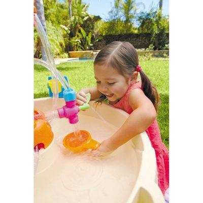 petite fille joue avec de l'eau