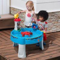 2 enfant joue avec de l'eau