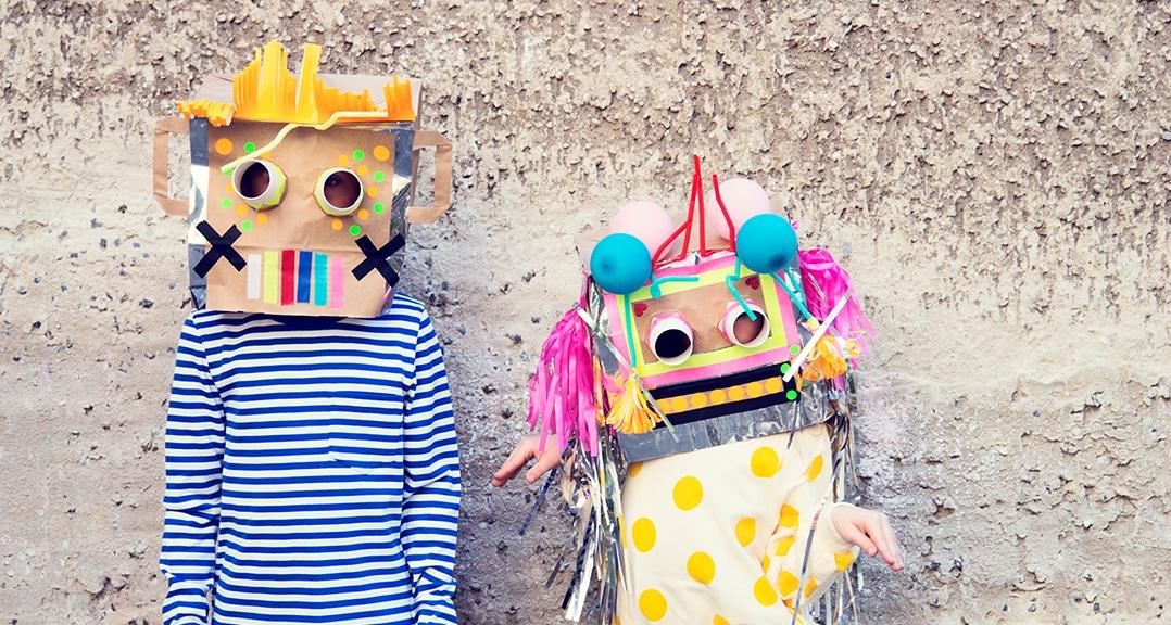 enfant porte un masque en papier