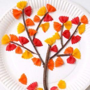 décorer un arbre d'automne avec des pâtes activité maternelle