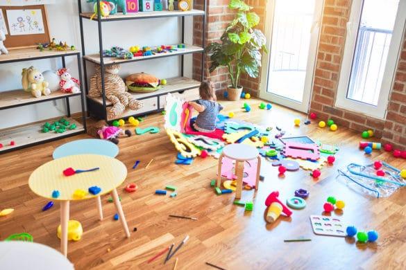 enfant joue salle de jeux montessori