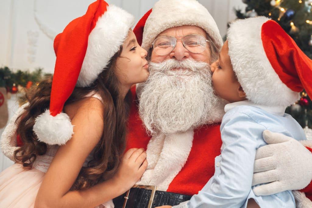 2 enfants embrassent le père noël