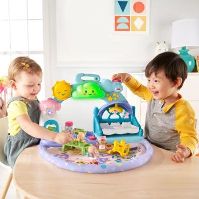 2 enfants jouent avec des personnages