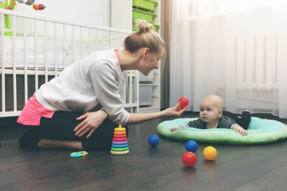 nounou joue avec un bébé