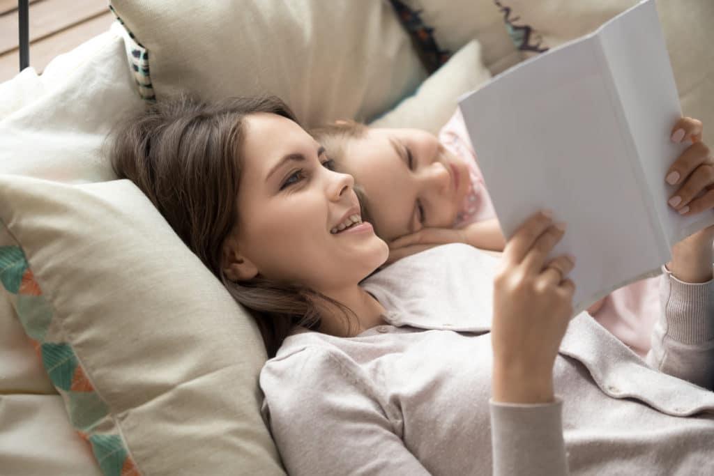 jeune femme lit une histoire à un enfant