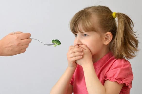 enfant pose les mains sur sa bouche