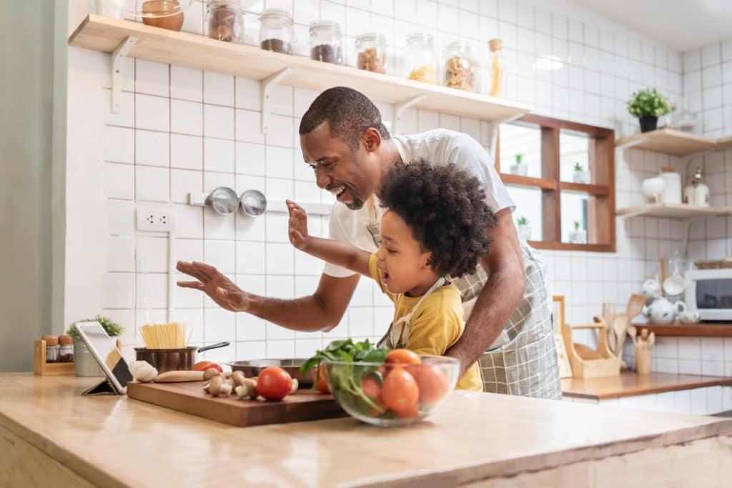père et fils cuisine en famille