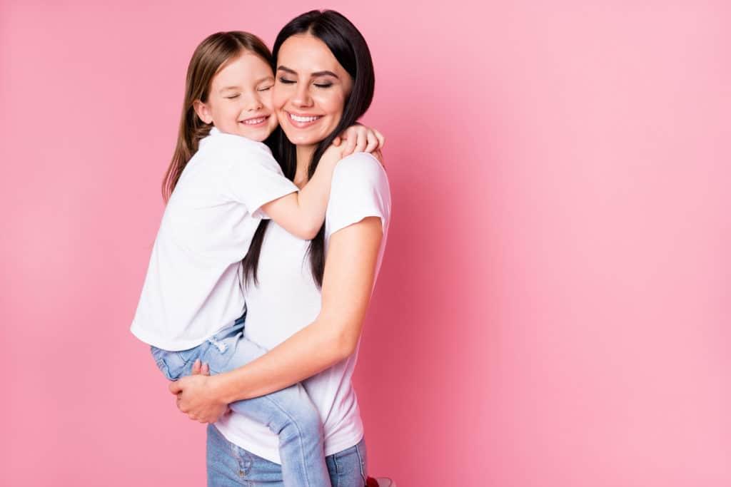 petite fille et femme adulte enlaçée