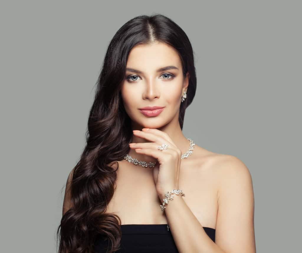 jeune femme porte un collier et un bracelet