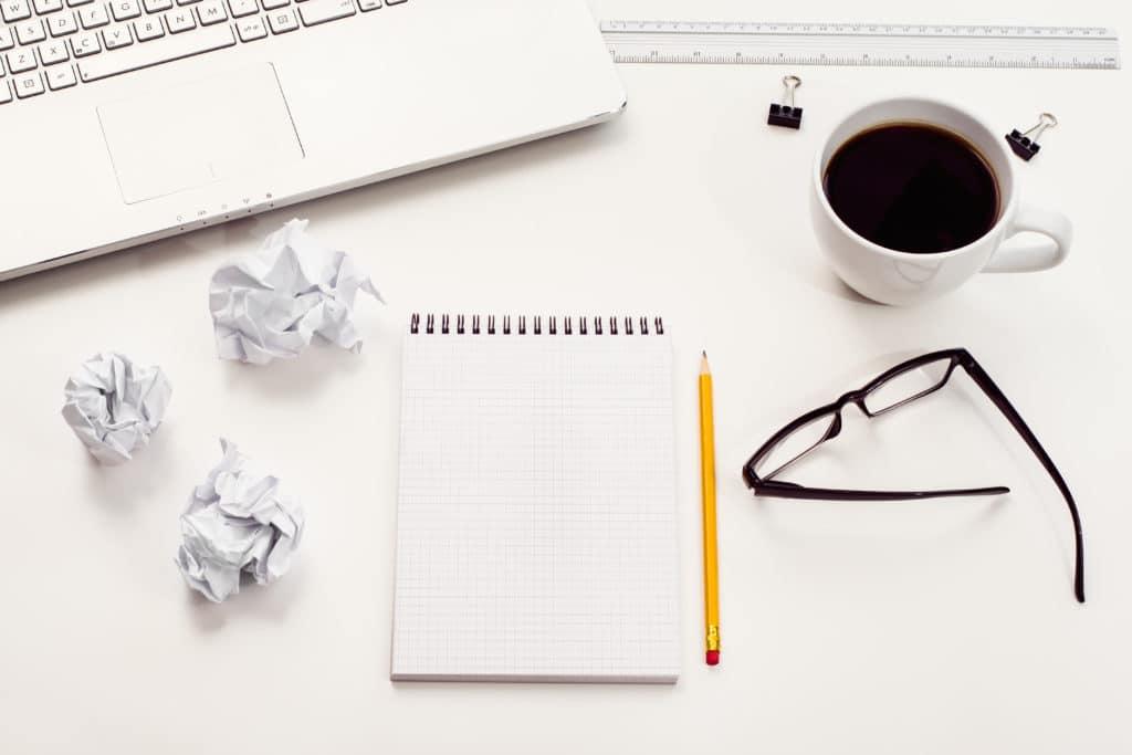 bloc note et ordinateur pour écriture