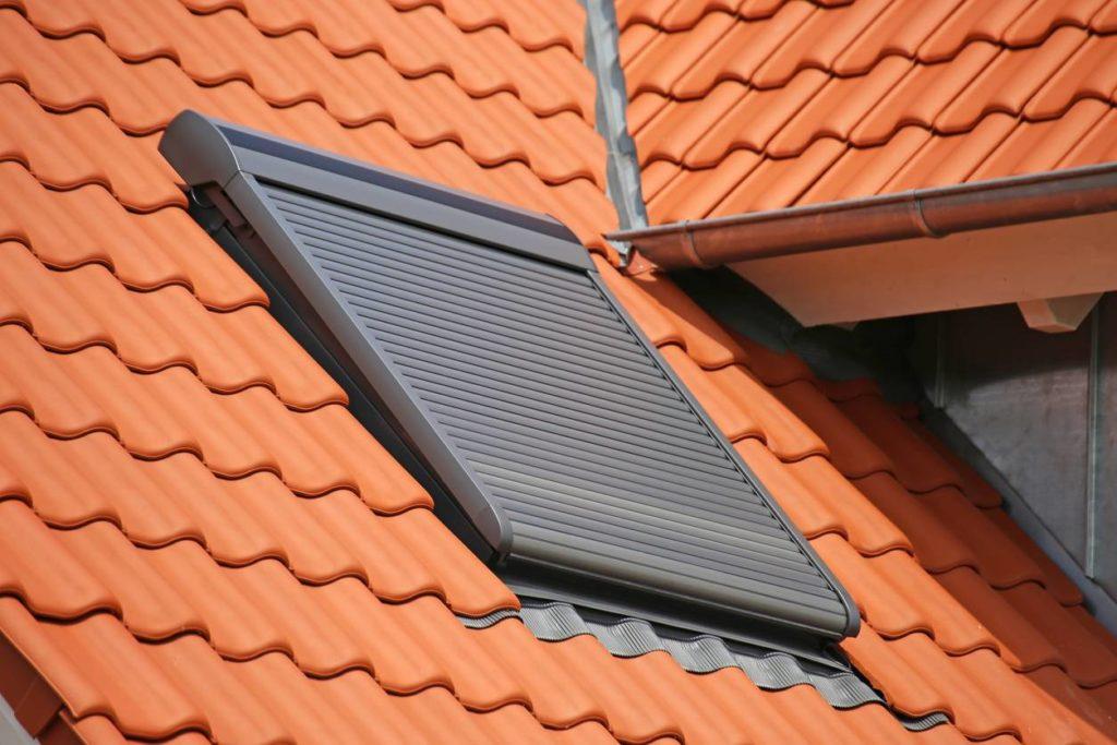 volet sur fenêtre de toit