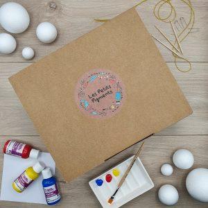 boite en carton avec peinture et pinceau
