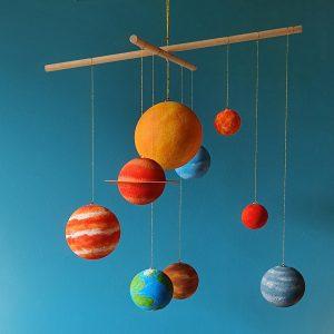 planete suspendue à une baguette en bois